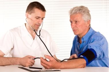 lege med eldre mannlig pasient