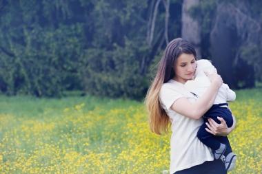 mor som bærer på barn