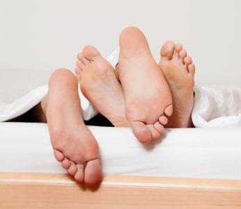 To par føtter i seng