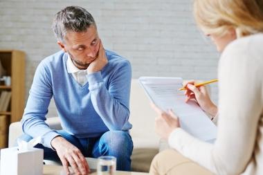 Kvinnelig psykolog med mannlig pasent