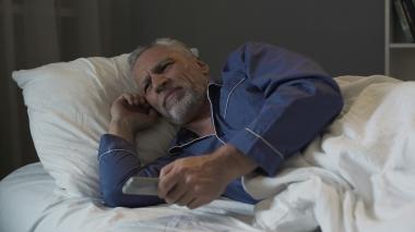 Eldre mann som ikke får sove.