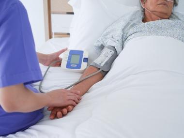 eldre kvinne i sykehusseng