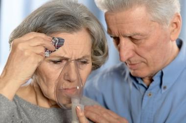 Eldre par, hun med oksygenmaske.