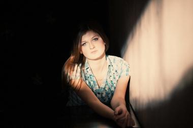 deprimert kvinne i lysstråle