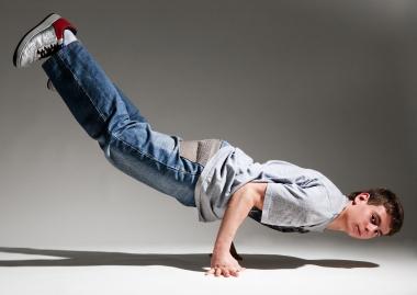 breakdansende ung gutt