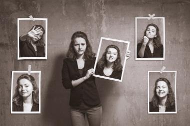ung jente som viser fram forskjellige bilder av seg selv.