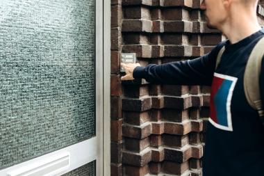ung mann som ringer på dørklokke