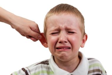 gutt som dras i øret