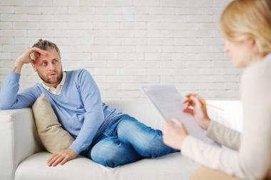 bekymret mann på komfortabel sofa med psykolog