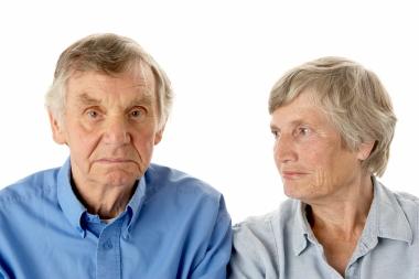 Eldre mann og kvinne, han engstelig