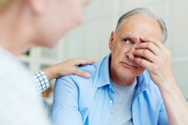 engstelig eldre mann hos legen