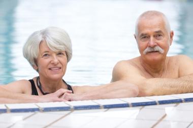 eldre par som bader i basseng