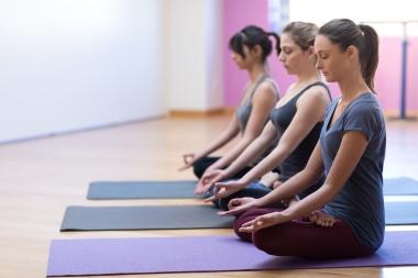 unge kvinner utfører mindfulnessøvelse eller yoga