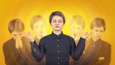 ung kvinne med flere ansiktsuttrykk