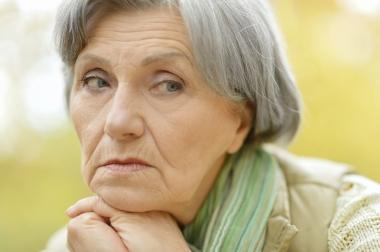 trist eldre kvinne