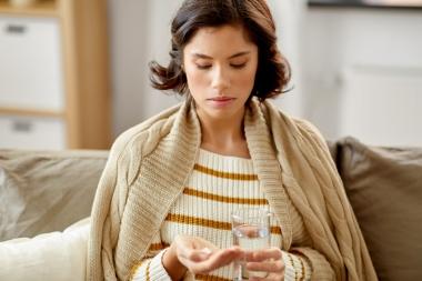 kvinne som tar tabletter