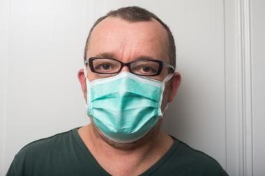 mann med ansiktsmaske