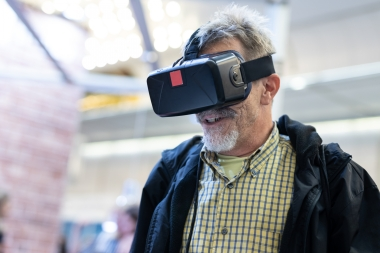 mann med virtual reality-briller