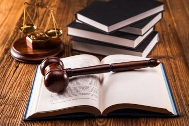 lovbøker, vekt og dommerklubbe
