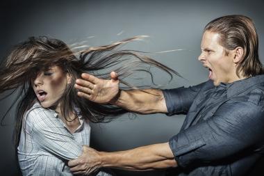 ung mann som slår ung kvinne med flat hånd i ansiktet