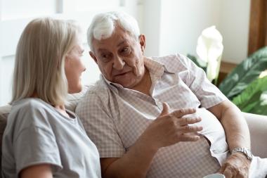 Eldre mann i samtale med voksen kvinne