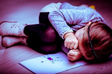 fortvilet jente med tegning