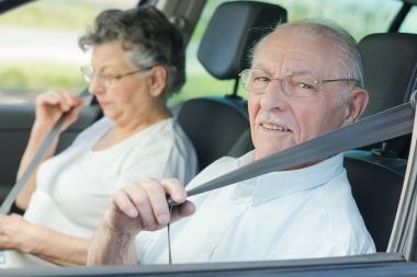 eldre par som kjører bil