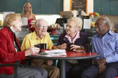 eldre som drikker te sammen