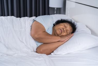 sovende eldre kvinne