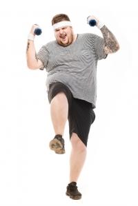 overvektig ung mann som trener