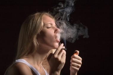 jente som røyker