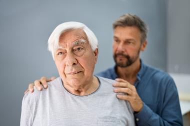 eldre mann med demens som får trøst