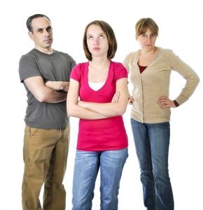 Tenåring som har kranglet med foreldrene
